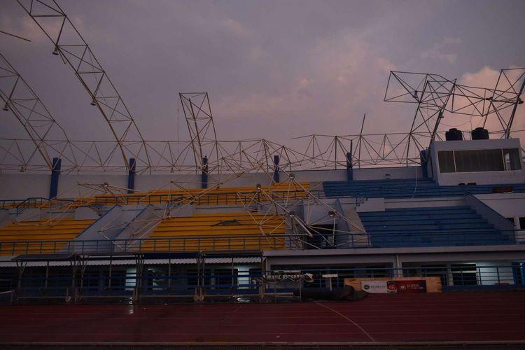 Kondisi tribun yang tertimpa atap stadion sepakbola SOR Arcamanik yang diterjang hujan disertai angin kencang di Kota Bandung, Sabtu (9/11/2019).