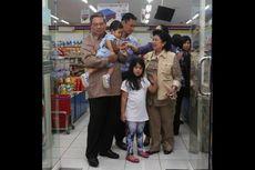Sambil Gendong Cucu, SBY dan Keluarga Belanja di Minimarket