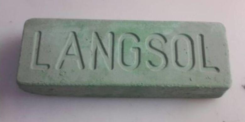Batu hijau alias Langsol yang dipakai untuk mengilapkan besi