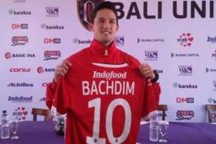 Irfan Bachdim memegang jersey Bali United pada sesi perkenalan dengan media di Restoran Bebek Bengil, di Jalan Raya Kuta, di Tuban, Bali (12/1/2017).