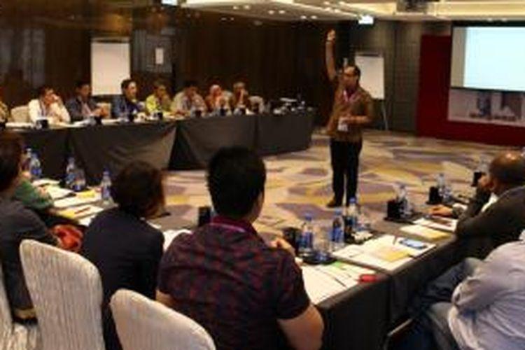 Firdaus Alamsjah, Dekan Eksekutif Binus Internasional, saat memberikan materi pada diskusi 'Binus Industry Partnership Program (BIPP) 2015' di Hongkong, Rabu (12/11/2015). Diskusi yang digelar Binus University itu menghadirkan 30 perwakilan perusahaan di level manajer bidang sumber daya manusia dari Indonesi.