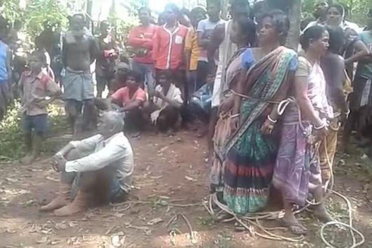 Lima perempuan yang dituduh sebagai penyihir diikat di sebatang pohon sebelum warga beramai-ramai memukuli mereka.
