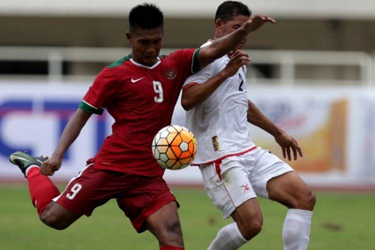 Pemain timnas Indonesia, Nur Hardianto berebut bola dengan pemain timnas Myanmar, Win Min Htut saat pertandingan persahabatan Indonesia melawan Myanmar di Stadion Pakansari, Cibinong, Bogor, Jawa Barat, Selasa (21/3/2017). Indonesia kalah 1-3 melawan Myanmar.