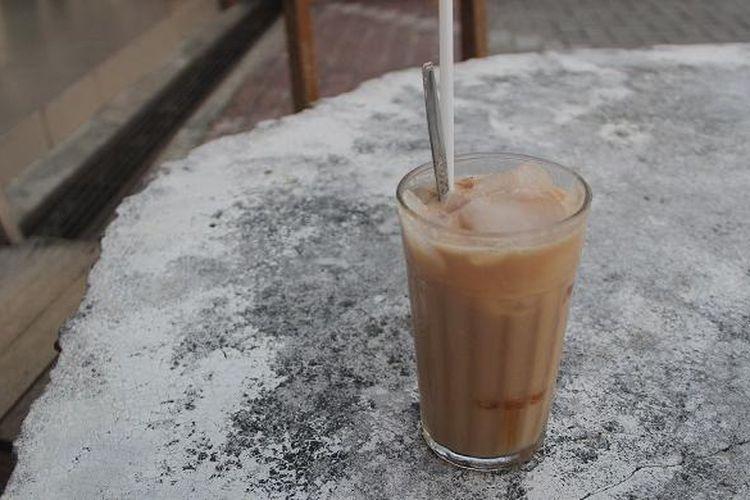 Segelas kopi susu yang tersaji di meja Warung Kopi Ake, Belitung. Warung Kopi Ake yang terletak di KV Senang 57 Belitung ini mulai berjualan sejak tahun 1922.