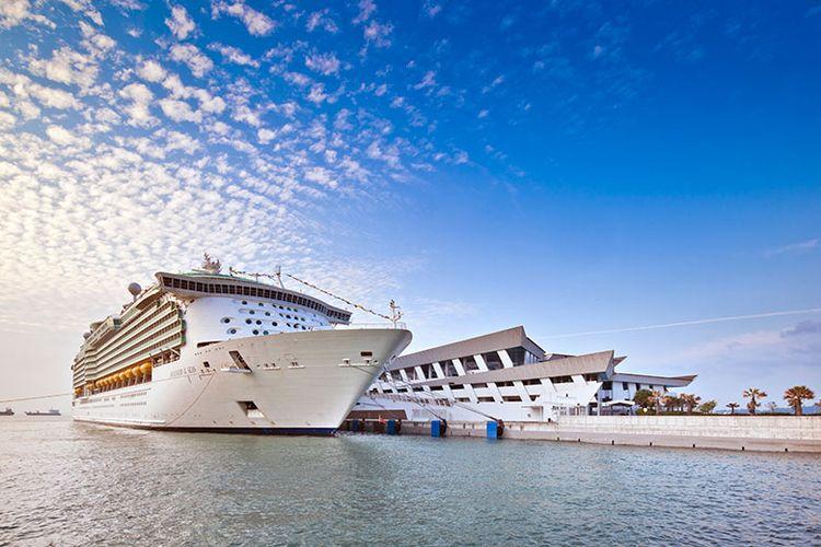 Kapal pesiar yang berlabuh di Singapura Marina Bay Cruise Center, Singapura