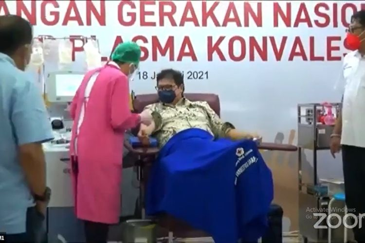 Tangkapan layar Menko Perekonomian Airlangga Hartarto saat melakukan donor plasma konvalesen di Markas PMI, Jakarta, Senin (18/1/2021).