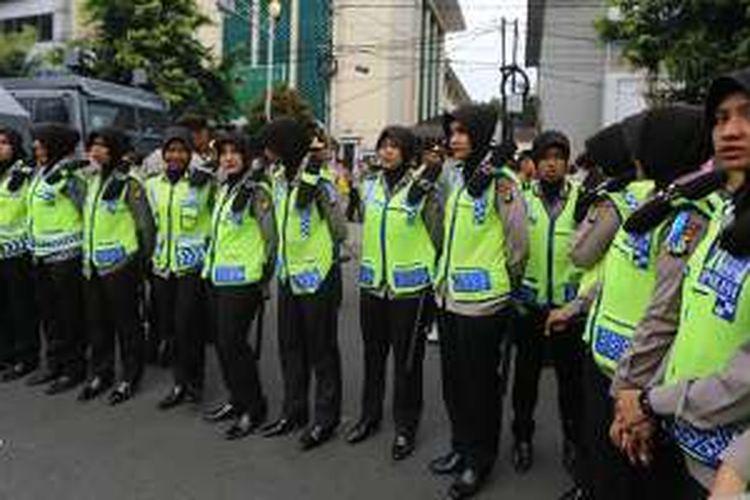 Sejumlah polisi wanita berhijab turut berjaga saat berlangsungnya sidang lanjutan Basuki Tjahaja Purnama (Ahok) di Pengadilan Negeri Jakarta Utara, Selasa (27/12/2016).
