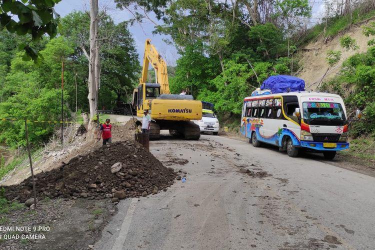 Balai Pelaksanaan Jalan Nasional (BPJN) Nusa Tenggara Timur (NTT), langsung bergerak cepat menangani longsoran yang mengikis bahu jalan di ruas Jalan Trans-Timor di Desa Tuppan, Kecamatan Batu Putih, Kabupaten Timor Tengah Selatan (TTS).