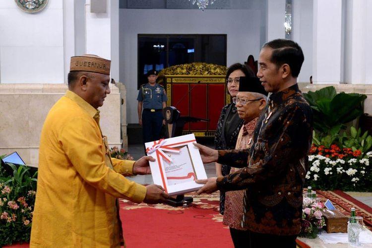 Gubernur Gorontalo Rusli Habibie (kiri) menerima DIPA 2020 dari Presiden RI Joko Widodo di Istana Negara, Kamis (14/11/2019). DIPA untuk Provinsi Gorontalo tahun 2020 sebesar Rp6,95 triliun naik Rp200 miliar dari tahun sebelumnya sebesar Rp6,75 triliun.