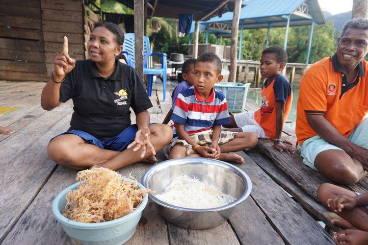 Rosmina Karobaba dan Isak Karobaba mengolah mie kering rumput laut di tepi teluk Sarawondori Kepulauan Yapen Papua, Minggu (26/8/2018)
