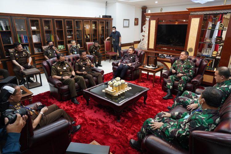 Jaksa Agung Sanitiar (ST) Burhanuddin menerima kunjungan KSAL Laksamana TNI Yudo Margono di Kompleks Kejagung, Jakarta Selatan, Selasa (30/6/2020).
