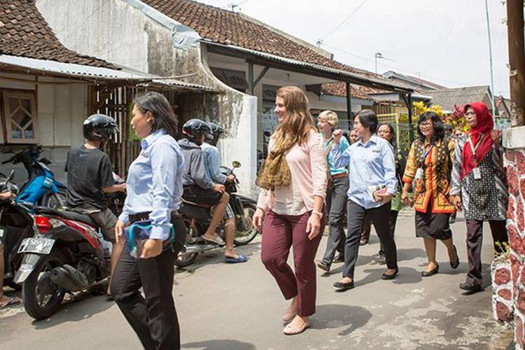 Melinda Gates (tengah) mengunjungi perangkap nyamuk di sebuah rumah warga di Yogyakarta.