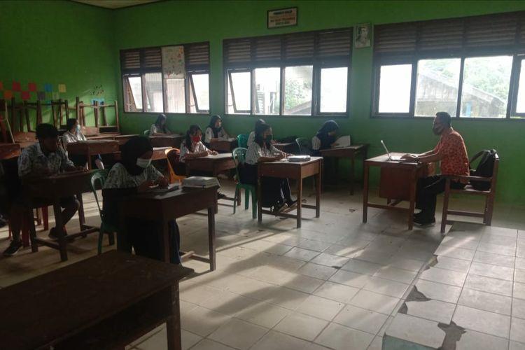 Sejumlah pelajar SMPN I Lumbis Nunukan Kaltara mengikuti pembelajaran tatap muka, mereka di ajar sistem shift dengan 18 orang tiap shiftnya (Idrus)