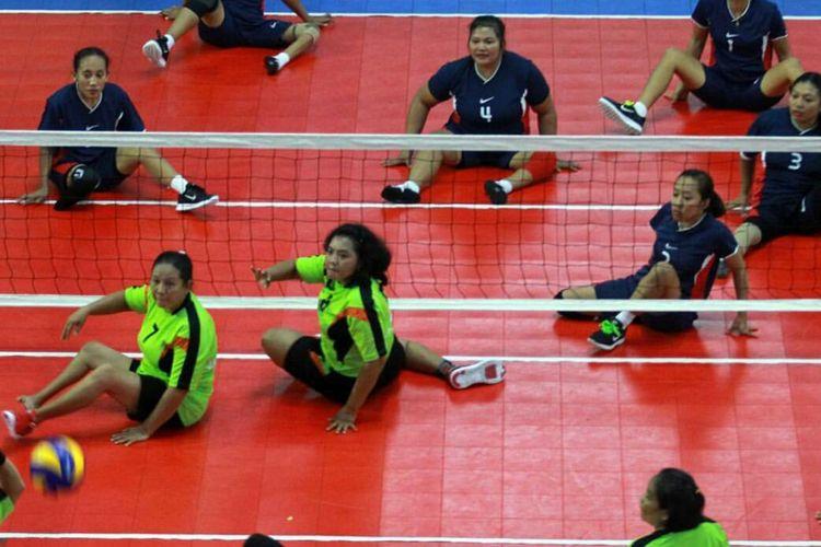 Tim putri voli duduk Jawa Tengah dan Jawa Timur bertanding di Pekan Paralimpik Nasional 2016 (PEPARNAS) di GOR Saparua, Bandung, Jawa Barat, (18/10/2016). PEPARNAS 2016 yang mempertandingkan 13 cabang olahraga berlangsung hingga 24 Oktober mendatang.