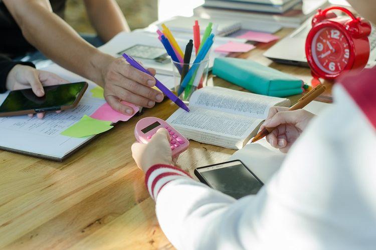 Ilustrasi penggunaan smartphone untuk proses belajar.