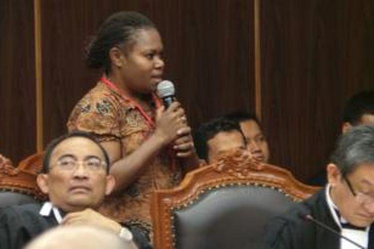 Novela Nawipa, saksi mandat tempat pemungutan suara Kampung Awaputu, Kabupaten Paniai, Papua, memberikan kesaksian di sidang perselisihan hasil pemilihan umum presiden dan wakil presiden di Gedung Mahkamah Konstitusi, Selasa (12/8/2014).