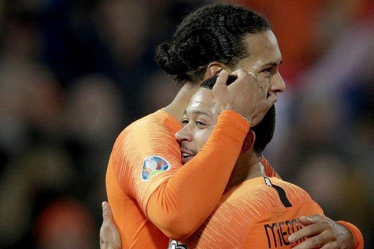 Virgil van Dijk dan Memphis Depay merayakan gol pada laga Timnas Belanda vs Belarus di De Kuip pada babak kualifikasi Piala Eropa 2020, 21 Maret 2019.