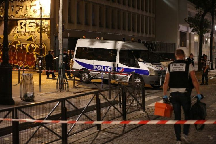 Kepolisian Perancis berada di lokasi penyerangan di arondisemen 19, Paris, pada Minggu (9/9/2018). (AFP/Zakaria Abdelkafi)