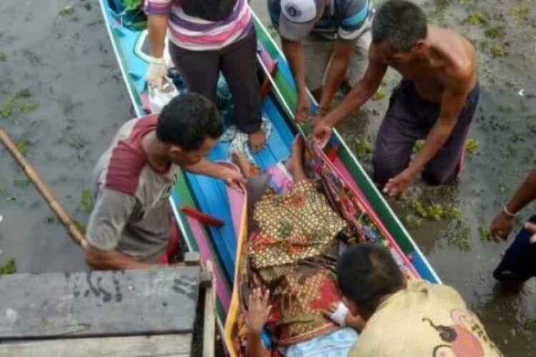 Hadiati (27), warga Desa Padang Bangkal, Kecamatan Sungai Pandan, Kabupaten Hulu Sungai Utara (HSU) terpaksa melahirkan di jukung bermesin (kelotok).