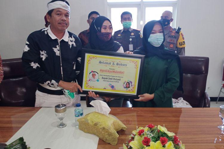 Dedi Mulyadi, Ketua Komisi IV DPR RI memberikan beasiswa kepada A seusai mediasi di Kantor Kejaksaan Negeri Demak Jawa Tengah , Rabu (13/1/2021)