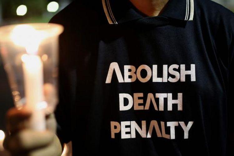 Aksi solidaritas yang tergabung dalam Lembaga Bantuan Hukum Masyarakat menyalakan 1000 lilin saat aksi damai di Depan Istana Negara, Jakarta, Kamis (28/7/2016). Aksi damai tersebut meminta agar pemerintah menghentikan pelaksanaan eksekusi mati terhadap ke empat belas terpidana mati dari berbagai negara.