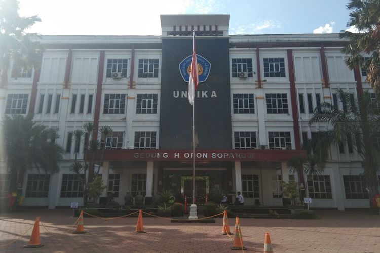 Universitas Singaperbangsa Karawang (Unsika) membatasi kegiatan kampus dan melakukan tes masif setelah sejumlah dosen dan tenaga kependidikan positif Covid-19.