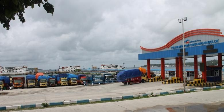 Puluhan kendaraan truk sedang parkir di Pelabuhan Bolok, Kupang, Nusa Tenggara Timur (NTT) karena sudah hampir dua pekan pihak PT Angkutan Sungai Danau dan Penyebrangan (ASDP) Fery Cabang Kupang uang menutup semua rute pelayaran di wilayah itu akibat cuaca buruk