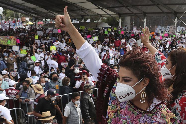 Clara Brugada, yang merupakan kandidat dari Partai Morena, menyapa pendukungnya di hari terakhir kampanye jelang pemilu sela 6 Juni di Iztapalapa, pada 2 Juni 2021.