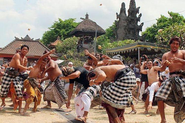 Warga Desa Adat Kapal, Kecamatan Mengwi, Kabupaten Badung, Bali, mengadakan ritual siat tipat bantal atau perang dengan menggunakan ketupat dan penganan bantal di jaba (halaman) Pura Desa dan Pura Puseh Desa Adat Kapal, beberapa waktu lalu.