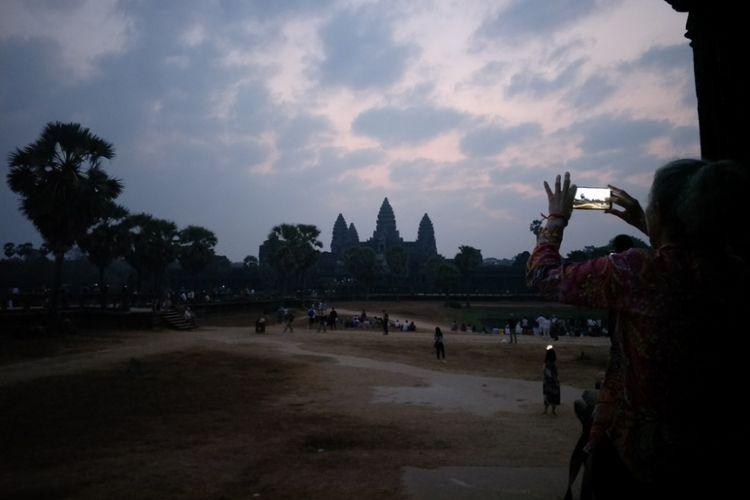 Para wisatawan berdiri di sekitar candi untuk mengabadikan keindahan matahari terbit di Angkor Wat, Siem Reap, Kamboja, Sabtu (23/2/2019).