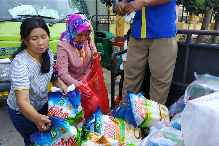 Antrean warga membeli pangan murah di Rusunawa Tipar Cakung, Jakarta Timur, Selasa (18/6/2019).