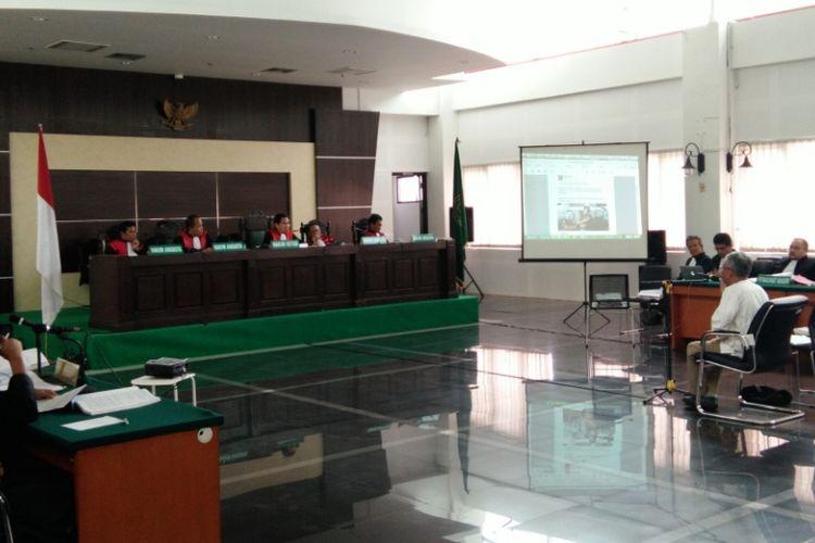 Terdakwa pelanggar UU ITE, Buni Yani saat hadir dalam sidang ke-15 di Gedung Dinas Perpustakaan dan Kearsipan (Dispusip) Kota Bandung, Jalan Seram, Kota Bandung, Selasa (26/9/2017).