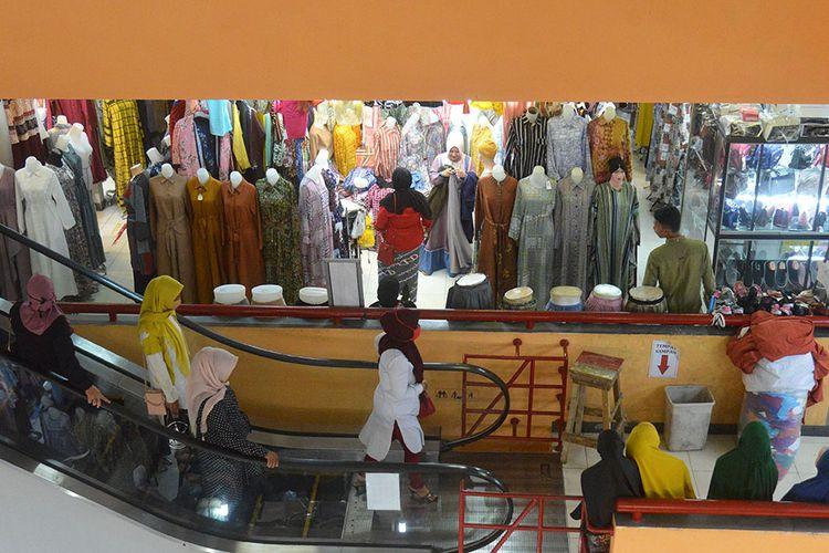 Sejumlah pengunjung berbelanja baju di pusat perbelanjaan Pasar Aceh, Banda Aceh, Aceh, Senin (18/5/2020). Pedagang di pusat perbelanjaan tersebut mengatakan sejak dua hari terakhir, pengunjung mulai ramai berdatangan untuk berbelanja baju kebutuhan Hari Raya ldul Fitri, namun daya beli masyarakat masih kurang dan omzet penjualan turun drastis mencapai 60 persen dibandingkan tahun sebelumnya akibat pandemi Covid-19.