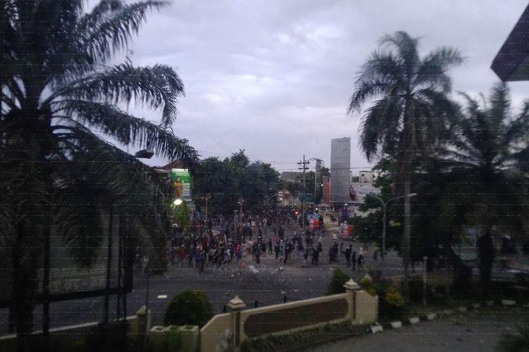 Demo penolakan UU Cipta Kerja di bundaran DPRD Jember kembali ricuh pada Kamis (22/10/2020)