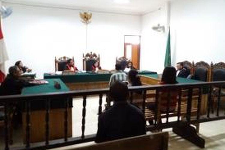 Sidang kasus pencabulan terhadap anak kandung di Pengadilan negeri Klas I KUpang, Nusa Tenggara Timur (NTT). Terlihat terdakwa anggota Polres Kupang Kota Zeth Andreas Blegur (39) sedang duduk di kursi terdakwa