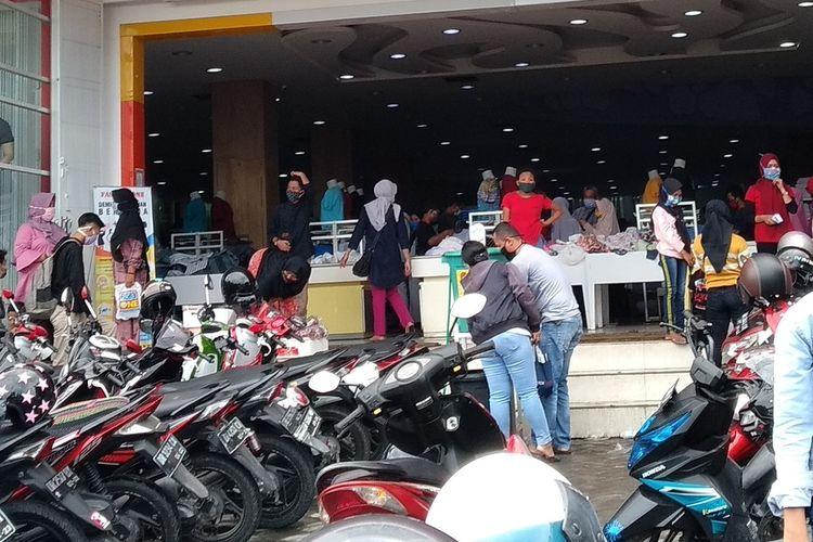 Menjelang hari raya Idul Fitri, pusat perbelanjaan dan toko pakaian di Kota Mataram ramai dijejali warga yang akan membeli baju lebaran.