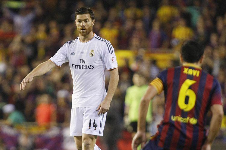 Xabi Alonso (Real Madrid) dan Xavi Hernandez (Barcelona) dalam laga bertajuk El Clasico.