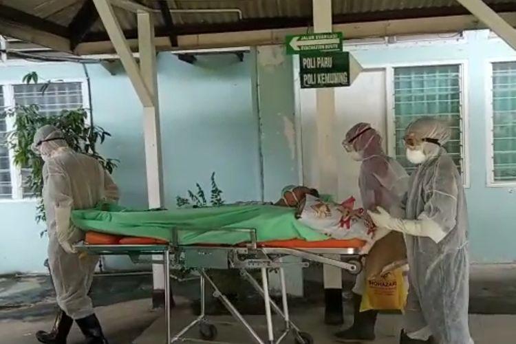 Satu pasien yang diduga terinveksi virus corona setelah berkunjung dari Rumah sakit yang ada di Singapura sampai saat ini masih ditempatkan di ruang isolasi Rumah Sakit Umum Provinsi (RSUP) Raja Ahmad Thabib Tanjungpinang, Kepulauan Riau (Kepri).