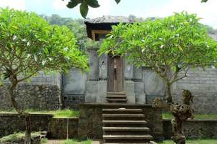 Salah satu pintu masuk rumah masyarakat di Desa Tenganan, Bali, yang masih tradisional.