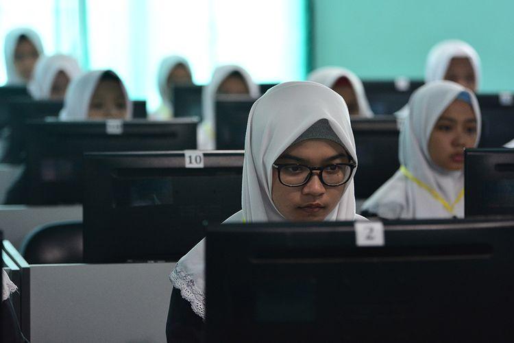 Siswa SMA Darul Ulum I Uggulan mengikuti Ujian Nasional Berbasis Komputer (UNBK) hari pertama di Rejoso, Kecamata Peterogan, Jombang, Jawa Timur, Senin (1/4/2019). UNBK di Jombang diikuti 9.351 siswa Sekolah Menengah Atas (SMA) dan 10.029 siswa Madrasah Aliyah (MA) selama 1,2,4 dan 8 April 2019.