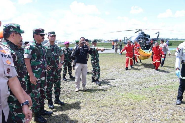 Panglima TNI Marsekal Hadi Tjahjanto memantau langsung proses evakuasi jenazah di Bandara Mozes Kilangan Timika, Jumat (7/12/2018).