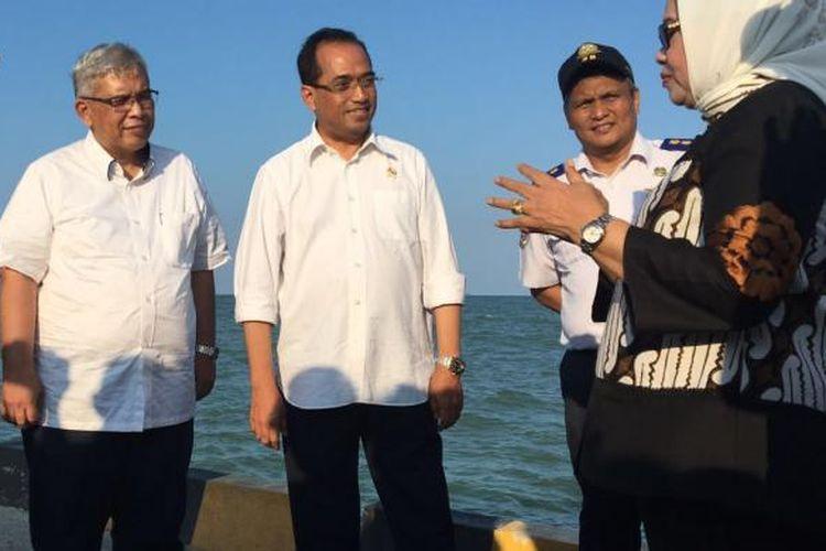 Menteri Perhubungan Budi Karya Sumadi (tengah) saat mengecek lokasi calon Pelabuhan Patimban, Subang, Jawa Barat, Minggu (4/9/2016).