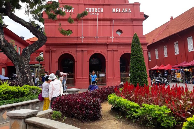 Bangunan Christ Church Melaka dipotret dari Dutch Square.