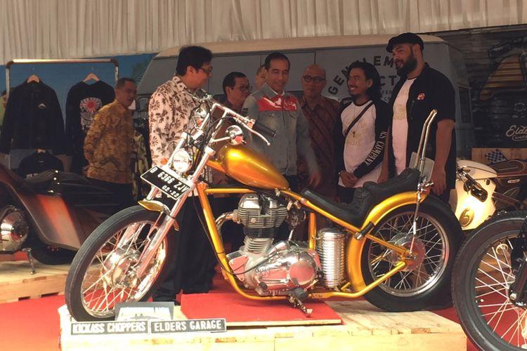 Presiden Jokowi mampir ke stan pameran motor-motor custom, dua di antaranya Chopper Jokowi dan milik putra  Gibran Rakabuming Raka.