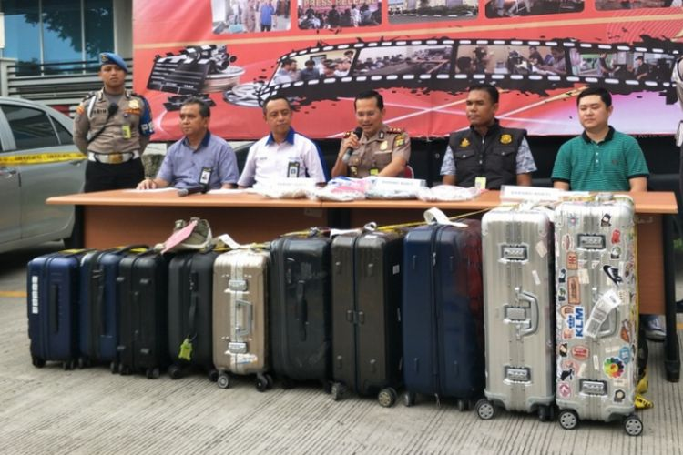 Polisi Bandara Soekarno-Hatta, Cengkareng, Tangerang, saat merilis kasus pencurian 10 buah koper oleh remaja berusia 15 tahun di Mapolresta Bandara Soekarno-Hatta, Minggu (27/5/2018).