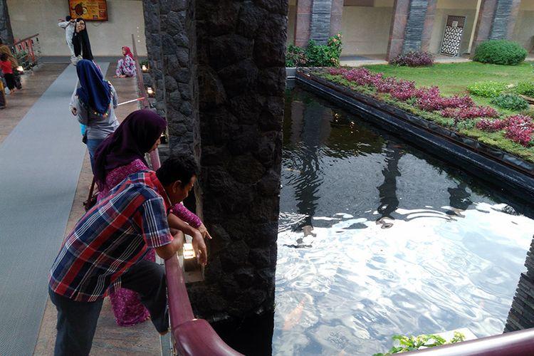 Kolam ikan di Masjid Namira, yang menghubungkan bangunan utama masjid dengan tempat wudhu.