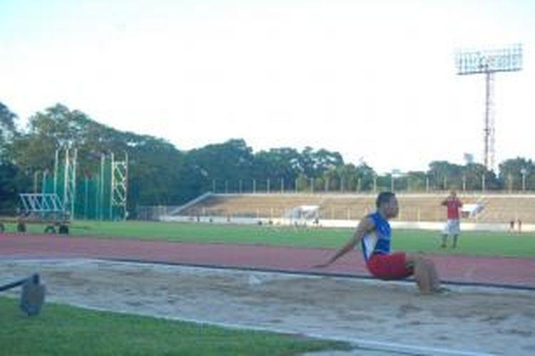 Satu-satunya atlet lompat jauh yang akan turun di SEA Games 2013, Noval, mendarat di pasir saat latihan di Stadion Madya Gelora Bung Karno, Senayan, Jakarta, Jumat (26/7/2013).