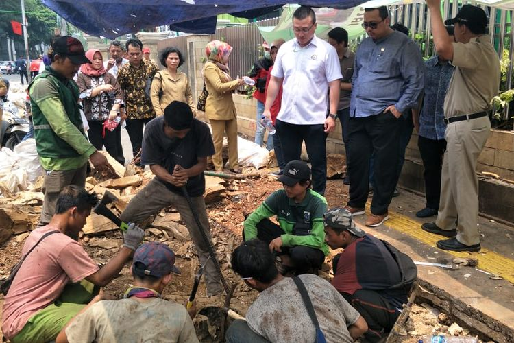 Anggota DPRD bersama Dinas Bina Marga Tinjau Trotoar Cikini, Jakarta Pusat, Selasa (12/11/2019).