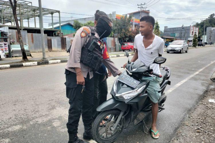 Personel Polres Manokwari, Rabu (8/9/2021) di Manokwari, Provinsi Papua Barat, terus melaksanakan pendisiplinan protokol kesehatan Covid-19 bagi pengendara di jalan raya dan tempat umum lainnya.