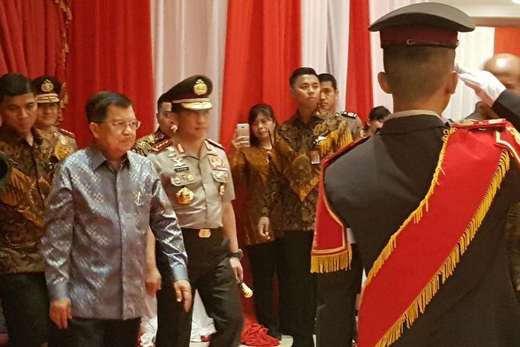 Wapres Jusuf Kalla saat didampingi Kapolri Jenderal Tito Karnavian dalam acara tradisi purnatugas Wapres Jusuf Kalla oleh Polri di Gedung PTIK, Kebayoran Baru, Jakarta Selatan, Jumat (18/10/2019).